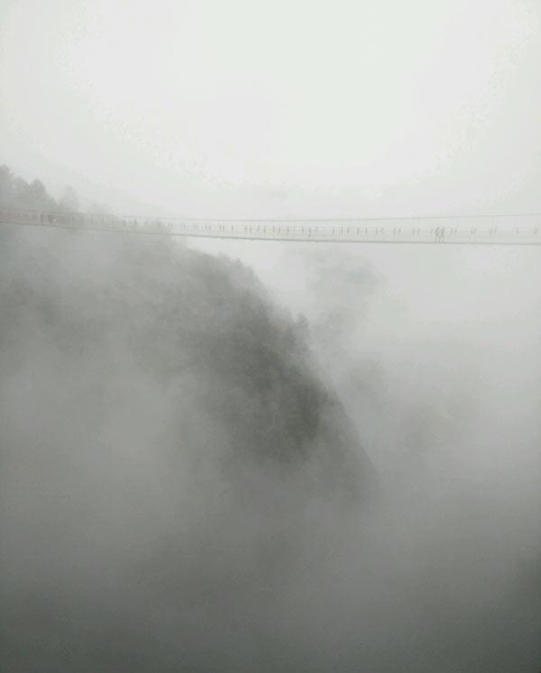 云雾中石牛寨的玻璃桥