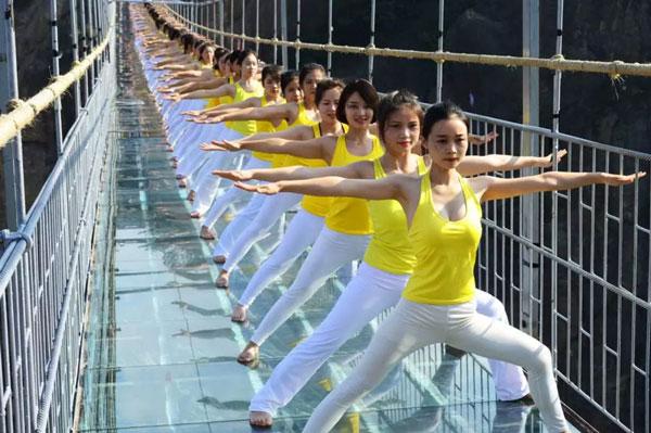 石牛寨春节游玩攻略,玻璃桥上瑜伽展示