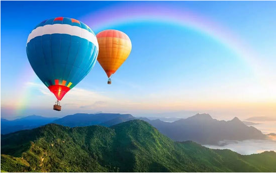 坐着热气球去旅行