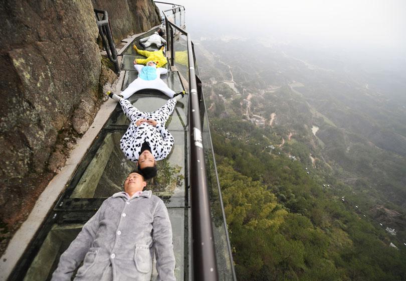 平江崖壁玻璃栈道惊现卡通萌物,呼吁关注睡眠