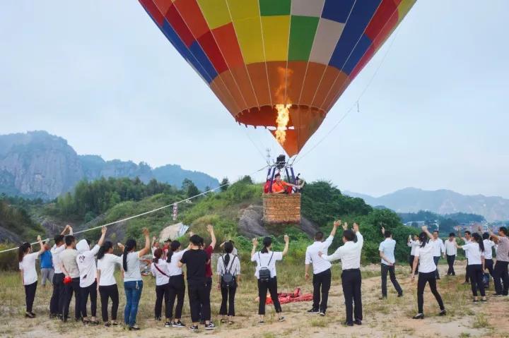 女飞人平江石牛寨挑战210米低空跳伞!这一次,连CCTV都惊动了