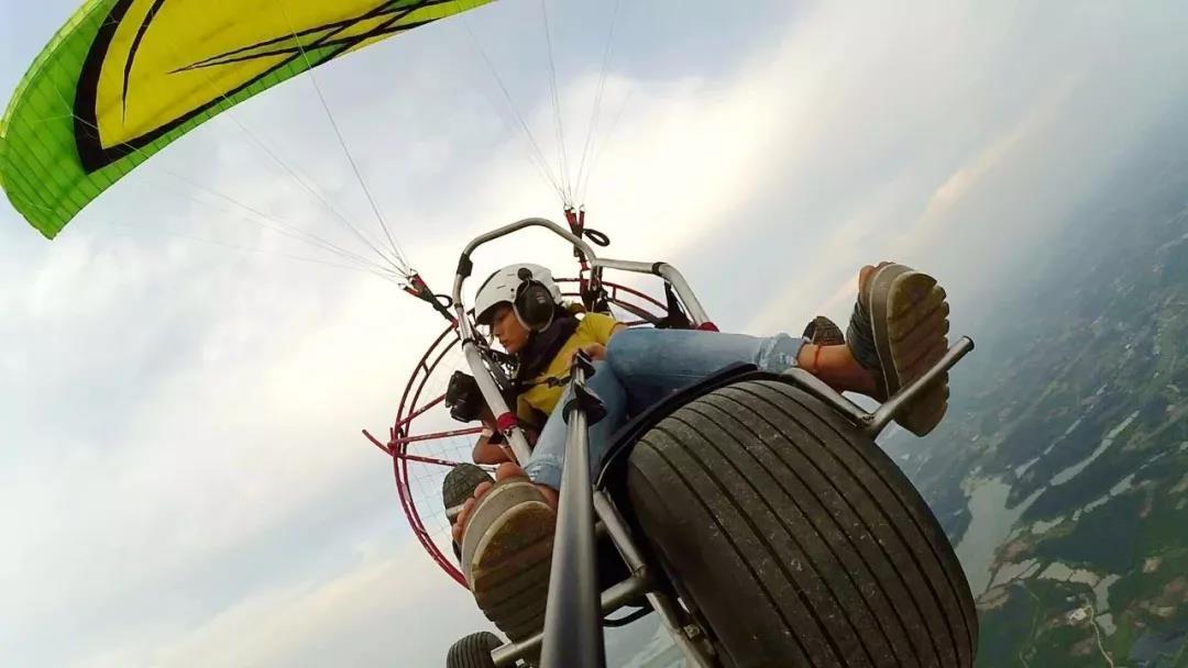 """石牛寨空中项目""""高空动力滑翔伞""""高空欣赏百里丹霞"""