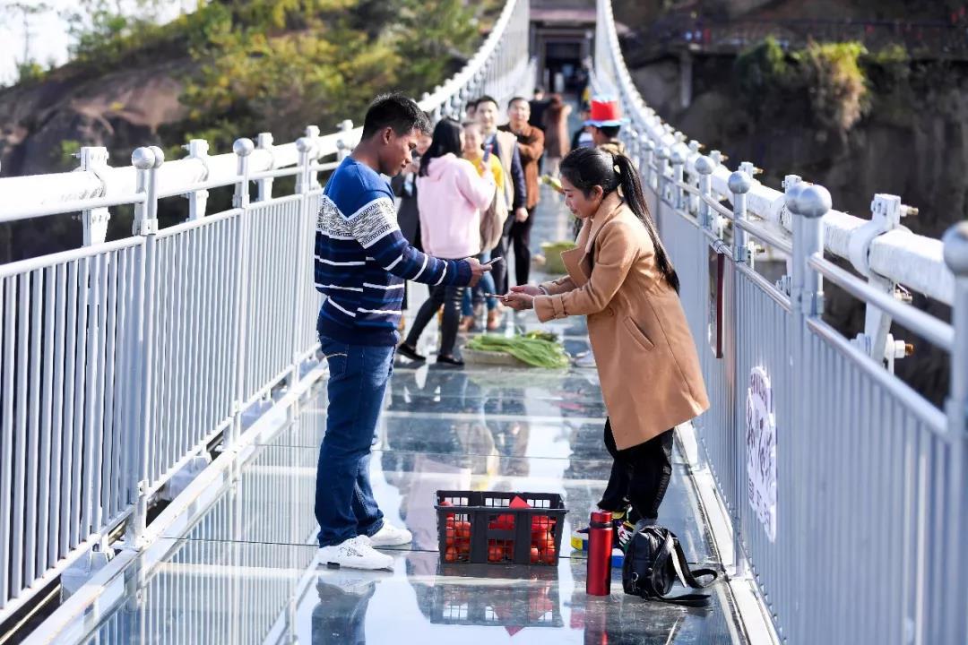 脑洞大开!平江石牛寨180米高空玻璃桥上开集市?