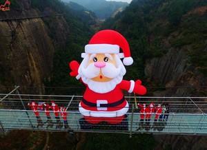 巨型圣诞老人惊现平江石牛寨玻璃桥—高空送礼