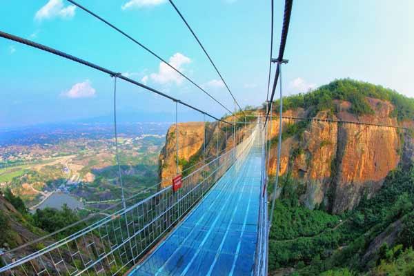 石牛寨著名的玻璃桥,堪称世界上危险景点之一