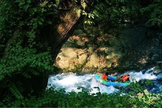 暑假去哪玩?石牛寨挑战飞拉达攀岩与激情漂流