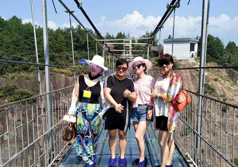 南昌市丁女士家庭游石牛寨玻璃桥