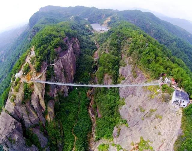 """挖掘机踩""""悬崖""""上百米高空玻璃桥?石牛寨玻璃桥将面临最残酷检测!"""