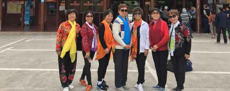 杨庆女士带领团队享受石牛寨最美夕阳红特价活动