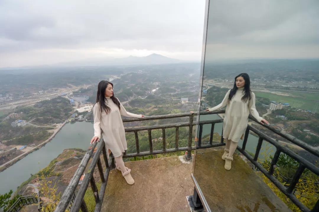 523米高!平江石牛寨玻璃客栈建成,房屋可移动,提供无人机送餐!
