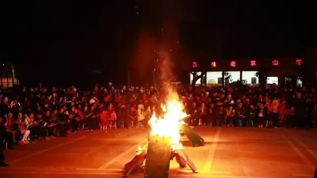 烤全羊!一场酷炫的篝火晚会开启平江石牛寨狂欢之夜!