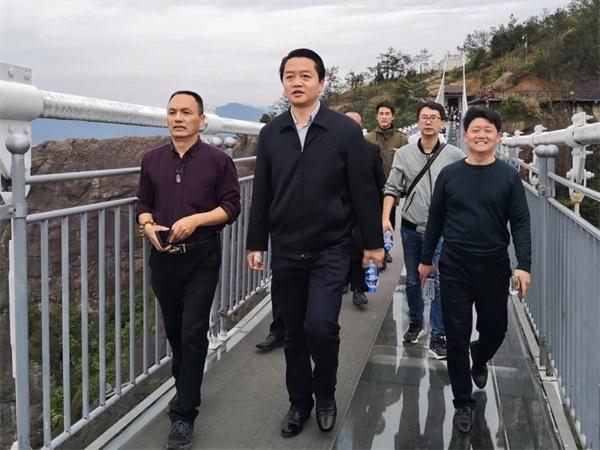 平江县委副书记、县长黄伟雄调研石牛寨 助力旅游产业提质升级